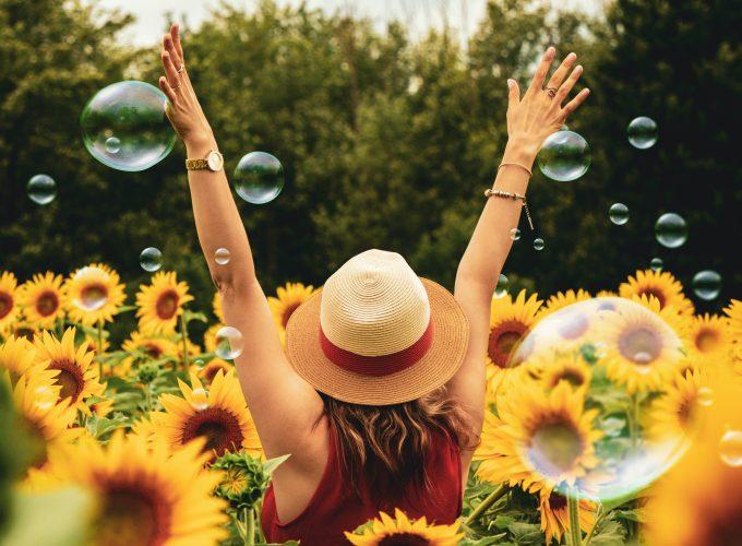 kobieta ze słonecznikami