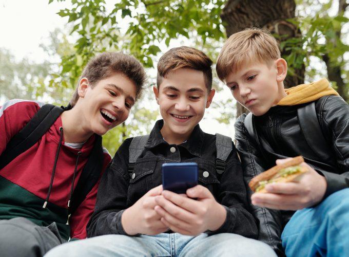 3 chłopaków w telefonem