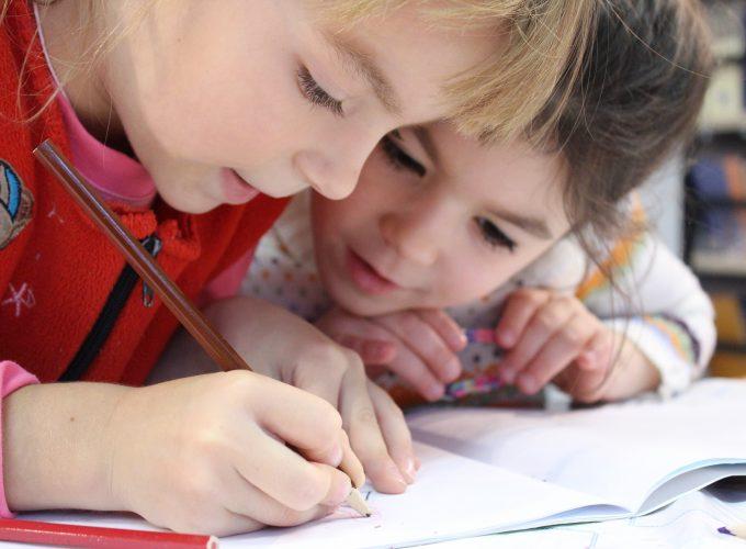 dwoje dzieci rysuje